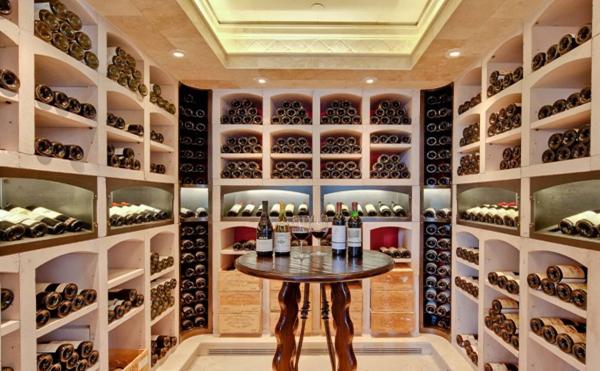 Phòng trưng bày rượu được thiết kế công phu và cầu kỳ