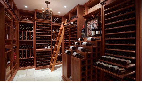 Một căn phòng rượu với nội thất gỗ tuyệt đẹp mà ai mê rượu chắc chắn cũng sẽ thích