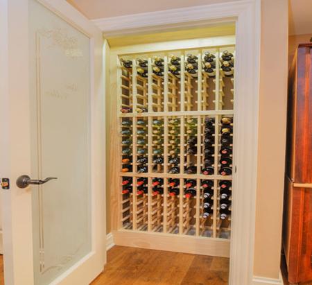 Mở cánh cửa ra và một tủ rượu đơn giản với không gian nhỏ xuất hiện!