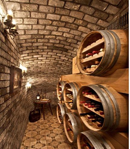 Những chiếc thùng gỗ chở đầy rượu vang