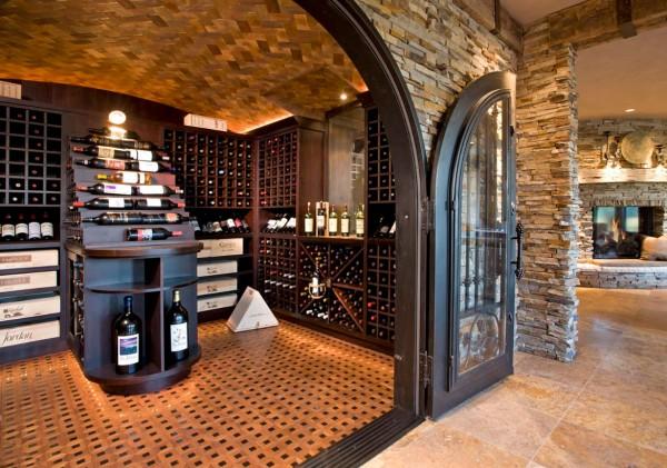 Một cánh cửa kim loại mở ra một kho báu rượu