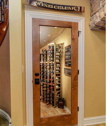 Một kệ rượu đặt bên cạnh quầy bar gia đình