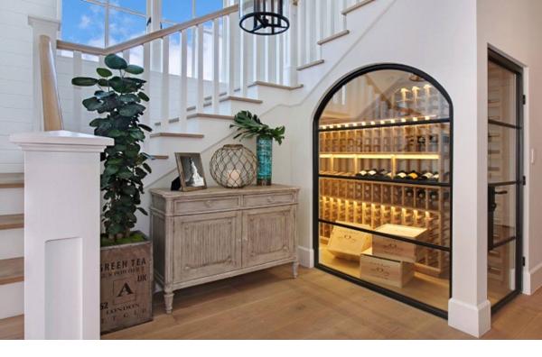 Một không gian phòng rượu phá cách với ánh sáng hòa hợp với không gian bên ngoài