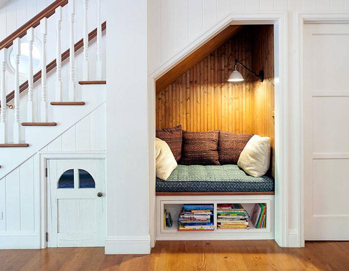 Mẫu 13 bố trí đọc sách dưới gầm cầu thang