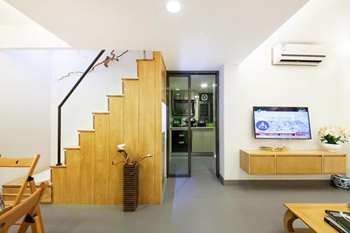 Cầu thang gỗ được thay thế bằng gỗ mới, chắc chắn và đẹp hơn so với cầu thang cũ