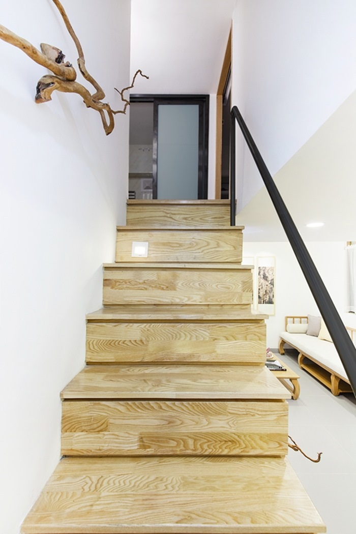 Gầm cầu thang được tận dụng làm nơi đựng đồ