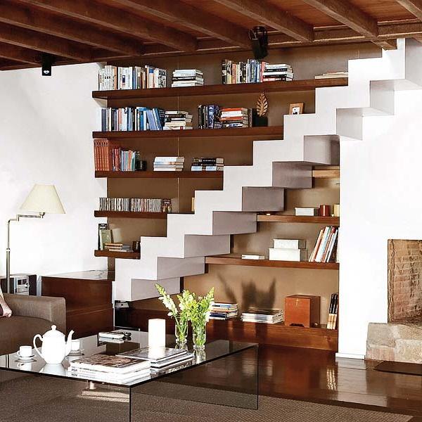 Tận dụng giá sách ngay ở cầu thang
