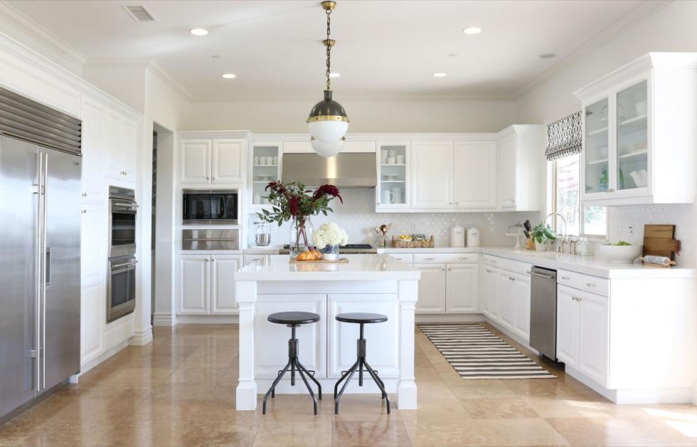 Nhà bếp tông trắng khiến những bữa ăn nhẹ nhàng hơn