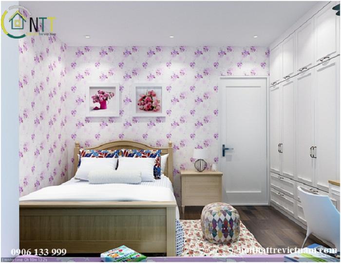 Đầu giường được tạo điểm nhấn bằng 2 bức tranh hoa