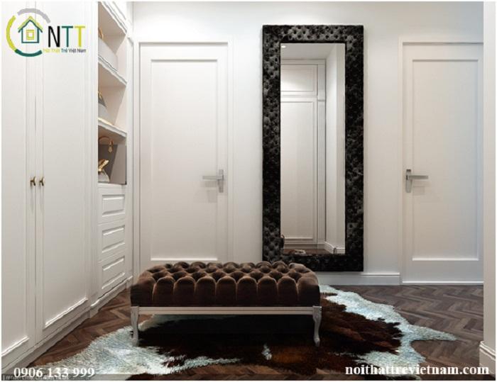 Phòng thay đồ với thiết kế tủ quần áo lớn, gương soi, ghế đôn
