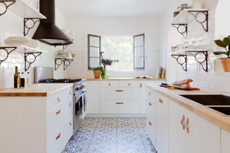 Mẫu phòng bếp nhà ống màu trắng phong cách châu Âu
