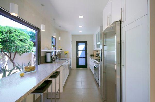 Mẫu phòng bếp nhà ống đối diện sân vườn rất thú vị