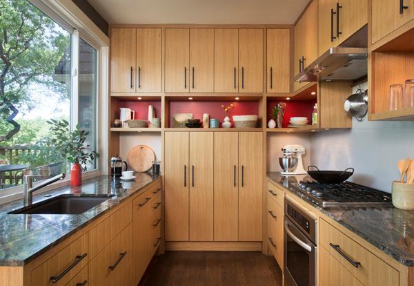Mẫu phòng bếp nhà ống đơn giản được làm từ gỗ sồi tự nhiên màu sáng