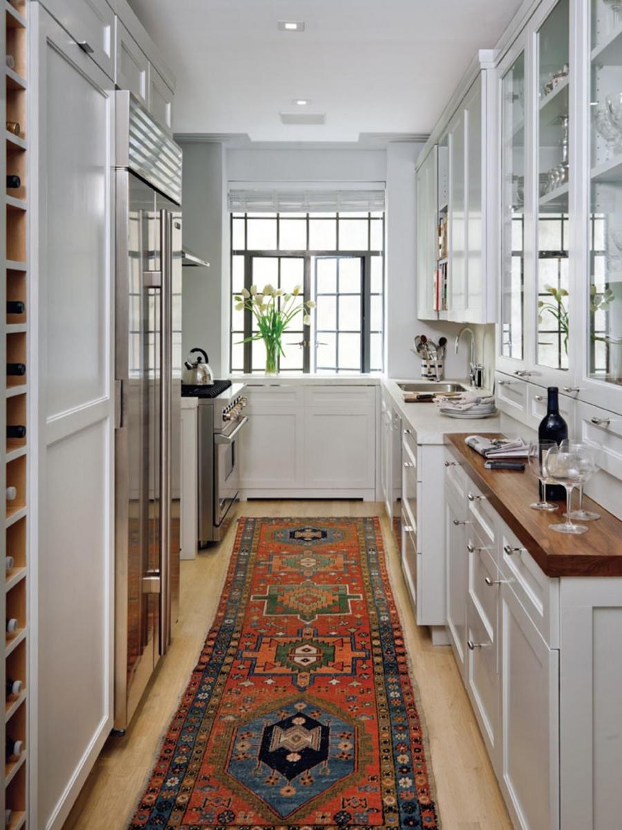 Mẫu phòng bếp nhà ống trắng tinh khôi với thảm trải sàn hoa văn