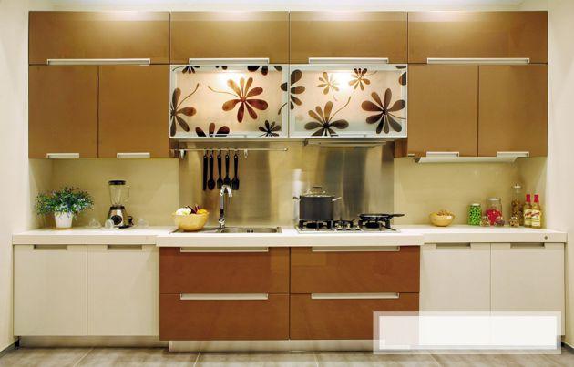 Tủ bếp chữ I làm bằng gỗ kết hợp với kính màu trang trí cho phòng bếp thêm tươi mới