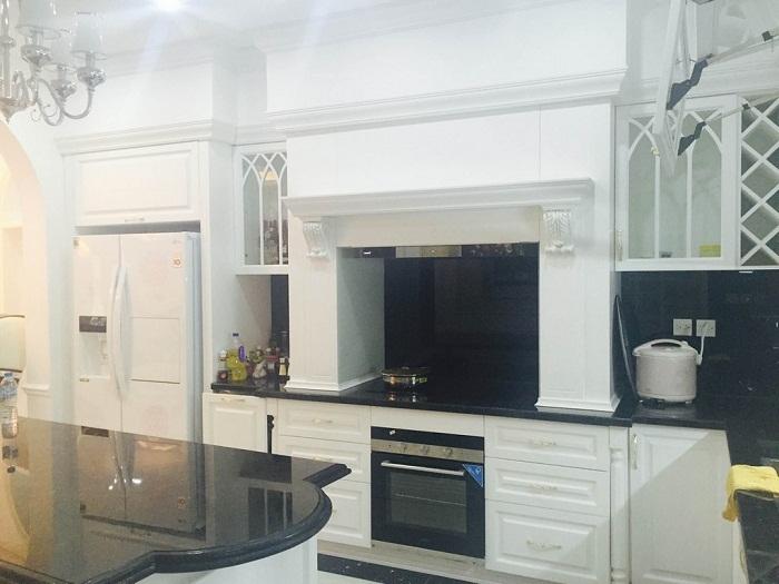 Phòng bếp cũng được thiết kế theo phong cách tân cổ điển với màu trắng sáng tinh khôi