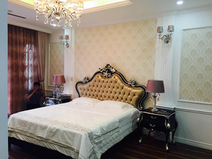 Phòng ngủ cũng được trang trí bằng nội thất cổ diển mượt mà, hoa văn tinh tế