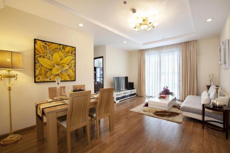 Phòng khách liền phòng ăn sử dụng gỗ sồi tự nhiên
