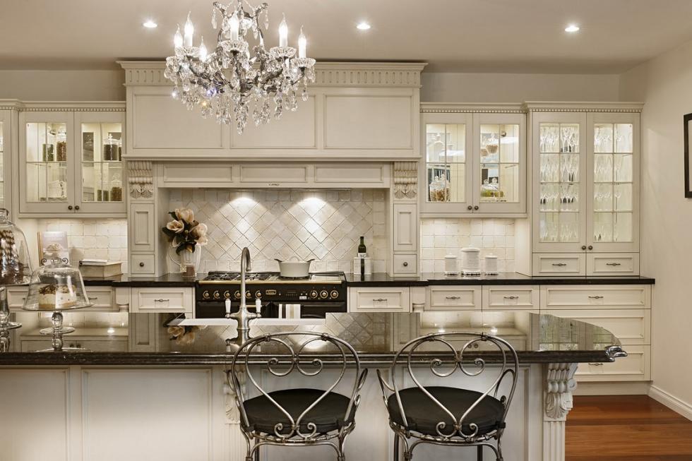 Mẫu 3: Tủ bếp cổ điển màu trắng tinh tế