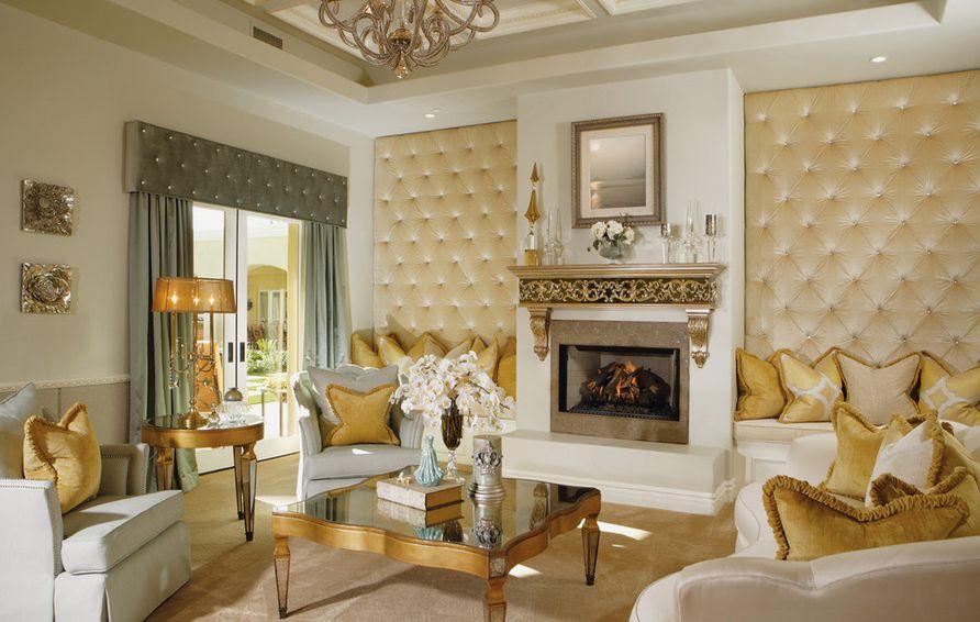 các tông màu trắng của những bức tường và tông màu vàng sậm của những chiếc gối