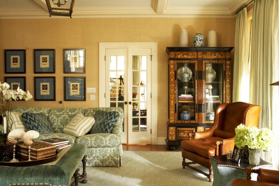 Những chiếc bình cổ được đặt góc phòng trong không gian cổ điển