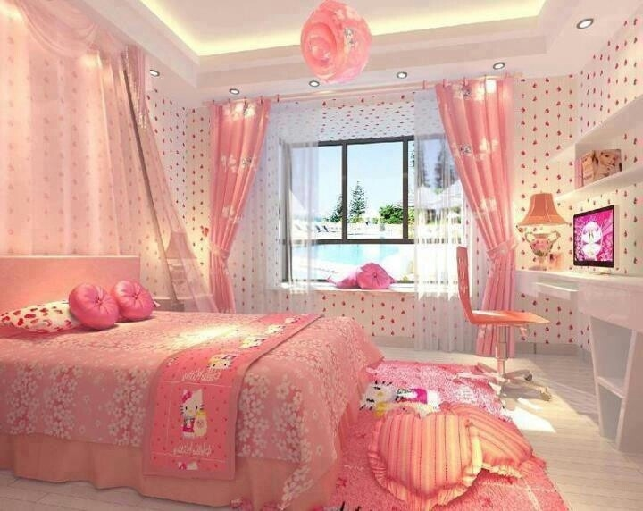 Mẫu 3: Phòng ngủ điệu đà cho bé gái với rèm và chăn ga màu hồng đáng yêu