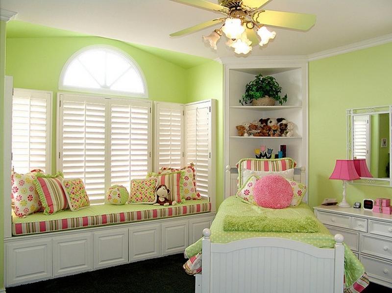 Mẫu 8: Phòng ngủ trẻ em cho bé gái 12 tuổi với sơn tường xanh nhạt