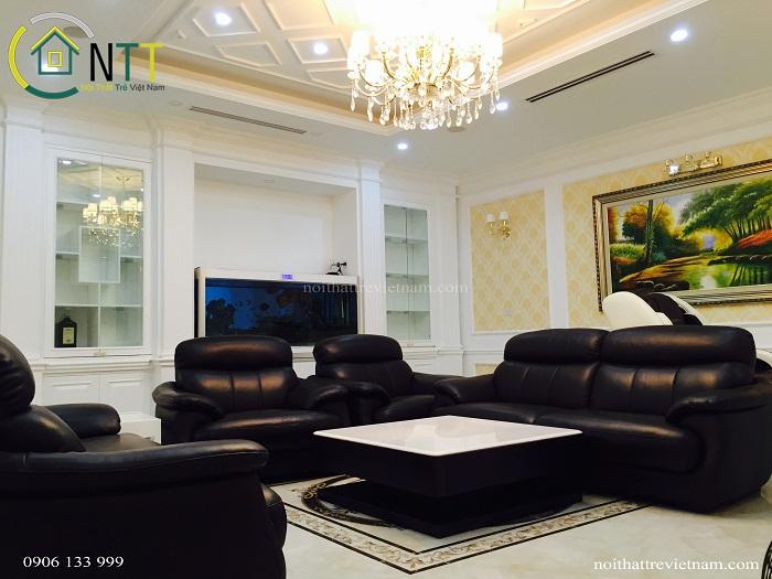 Phòng khách biệt thự anh Thanh sang trọng với trần thạch cao kết hợp đèn chùm
